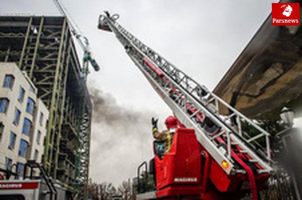 آتش به جان ساختمان ۱۲ طبقه افتاد