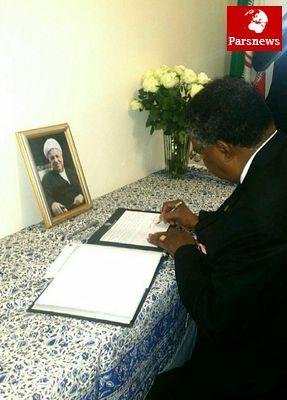 جانشین رئیسجمهور زیمبابوه  به آیتالله هاشمی رفسنجانی ادای احترام کرد