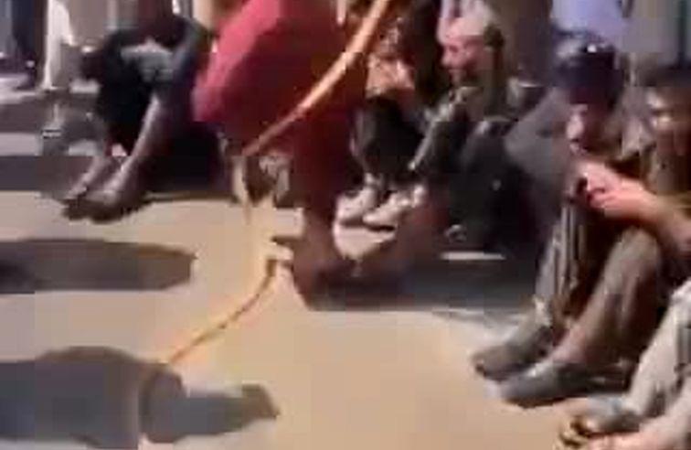رفتار عجیب طالبان با معتادان سطح شهر !